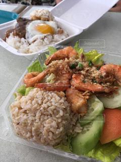 皿のご飯と野菜料理の写真・画像素材[867598]