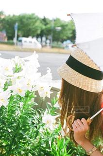 帽子をかぶっている女性 - No.887971