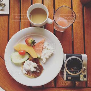 テーブルの上に食べ物のプレート - No.910979