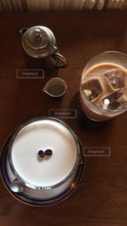 テーブルの上のコーヒー カップ - No.1051068