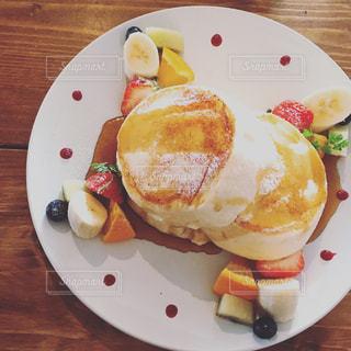 テーブルの上に食べ物の種類トッピング白プレート - No.1051070