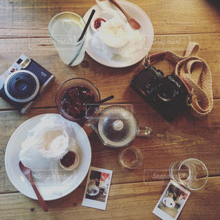 テーブルの上のコーヒー カップの写真・画像素材[1051109]