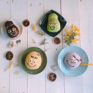 テーブルの上に食べ物の束の写真・画像素材[1062240]