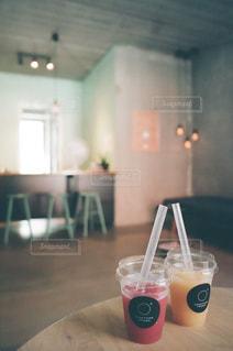 テーブルの上のビールのグラスの写真・画像素材[1412705]