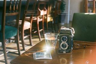 木製テーブルの上に座っているラップトップ コンピューターの写真・画像素材[1412714]