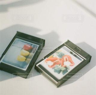 テーブルの上のチラシのスタックの写真・画像素材[1442509]