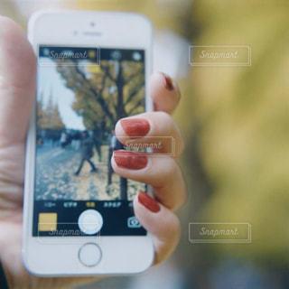 携帯電話を持つ手の写真・画像素材[1442518]