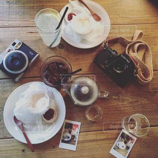 テーブルの上のコーヒー カップの写真・画像素材[1442569]