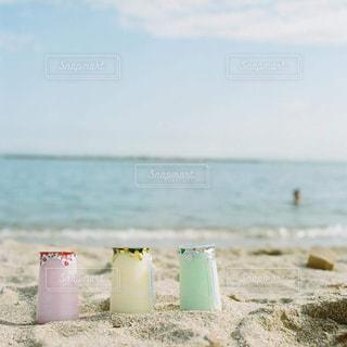 水の体の横にある砂浜のビーチの写真・画像素材[1442689]