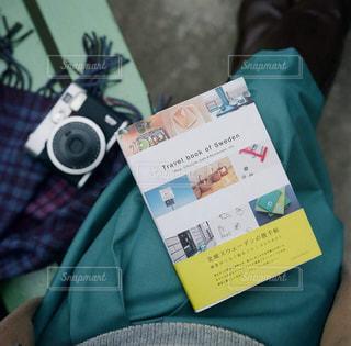 テーブルの上に座っているバッグの写真・画像素材[1547548]