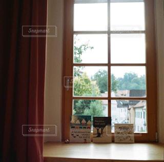 大きな窓の景色の写真・画像素材[1547549]