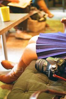 木製のテーブルに座る人の写真・画像素材[1822635]