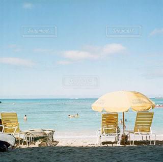 ビーチの上に座っての芝生の椅子のカップルの写真・画像素材[1827240]