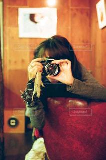 カメラにポーズ鏡の前に立っている人の写真・画像素材[1831062]