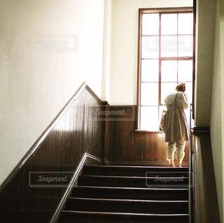 窓の前に立っている人の写真・画像素材[2740694]