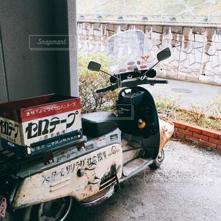 建物の上に座っているトラックケーキの写真・画像素材[2831435]