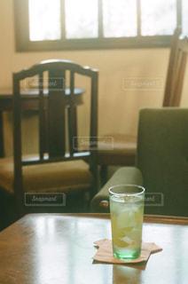 テーブルの上のコーヒー1杯の写真・画像素材[2831425]