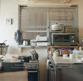 シンクとストーブ付きのキッチンの写真・画像素材[2831427]