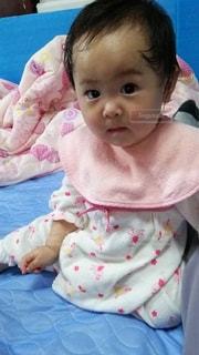 赤ちゃんのぬいぐるみを保持の写真・画像素材[872907]
