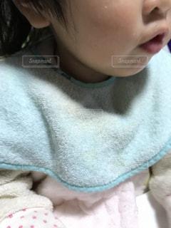 赤ん坊を抱える女性 - No.875883