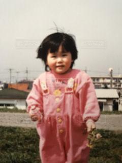 草の中に立っている少女の写真・画像素材[891823]
