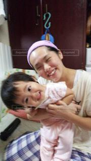 赤ん坊を持っている人の写真・画像素材[1202707]