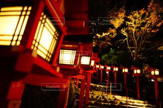 夜のライトアップされた街の写真・画像素材[915519]