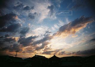 曇りの日に空の雲の写真・画像素材[978402]