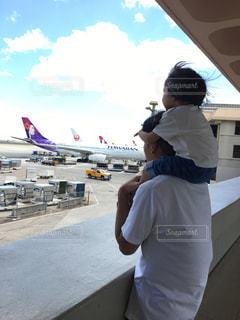 空港で飛行機を見る親子の写真・画像素材[955172]