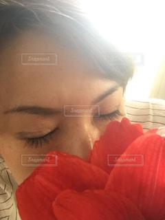 アマリリスの花で顔を隠す女性 - No.890002
