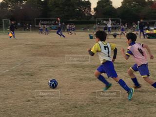 サッカーのゲームの若い男性のグループ - No.890011