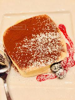 ケーキと皿の上のアイスクリームの写真・画像素材[1883224]