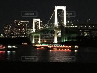 水の体の上の橋の写真・画像素材[1883235]