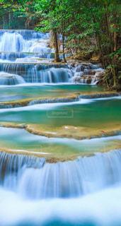 綺麗な風景、素敵な風景、美しい風景,滝が流れる山