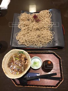 テーブルの上に食べ物のトレイ - No.886792