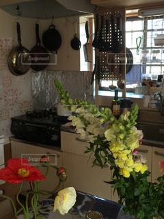 家具やテーブルの上の花瓶で満たされた部屋 - No.1007587