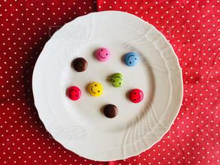 皿に赤と白のケーキの写真・画像素材[1111545]