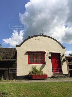 芝生のフィールドを持つ建物 - No.1131100