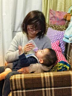 赤ん坊を抱える女性の写真・画像素材[1183187]