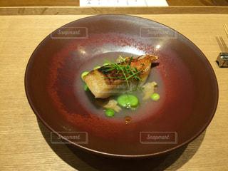 木製テーブルの上に座っているスープのボウルの写真・画像素材[1199046]