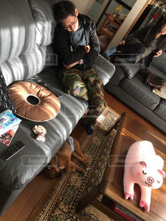 ソファで寝ている男の写真・画像素材[1213085]