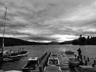 日暮れ前の湖の写真・画像素材[1218029]