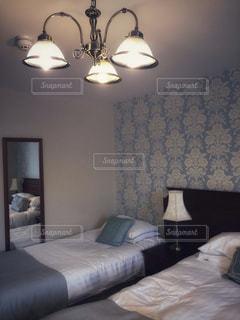 ホテルの部屋でベッド付きのベッドルームの写真・画像素材[1315306]