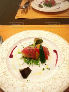 テーブルの上に食べ物のプレートの写真・画像素材[1327796]