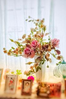 テーブルの上の花の花瓶の写真・画像素材[1369972]