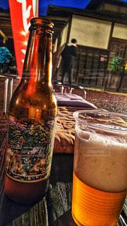 テーブルの上のビールのグラスの写真・画像素材[1432191]