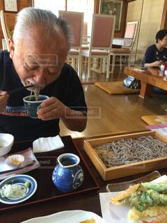 食事のテーブルに座って人の写真・画像素材[1464579]