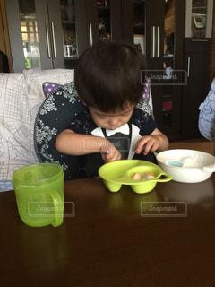 食べ物,食事,屋内,テーブル,人物,人,料理,幼児,男の子,夢中,食欲,食欲の秋,1.5歳