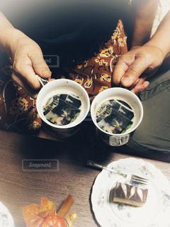 食品のプレートを保持している女性の写真・画像素材[1480446]