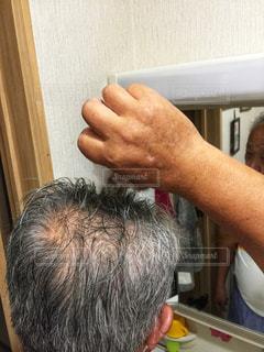 男性,鏡,朝,60代,洗面所,真剣,お試し,育毛剤,オーラ スカルプ エフ トニック